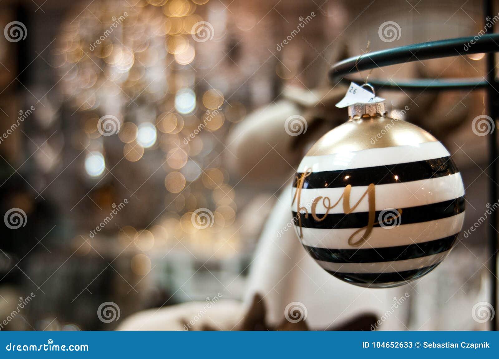 Natal elegante bauuble com palavra e bokeh da alegria