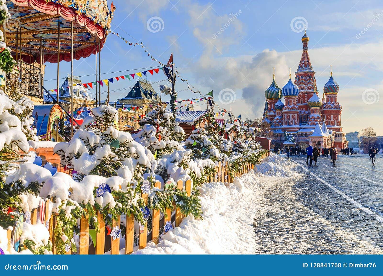 Natal em Moscovo A decoração de ano novo do quadrado vermelho dentro