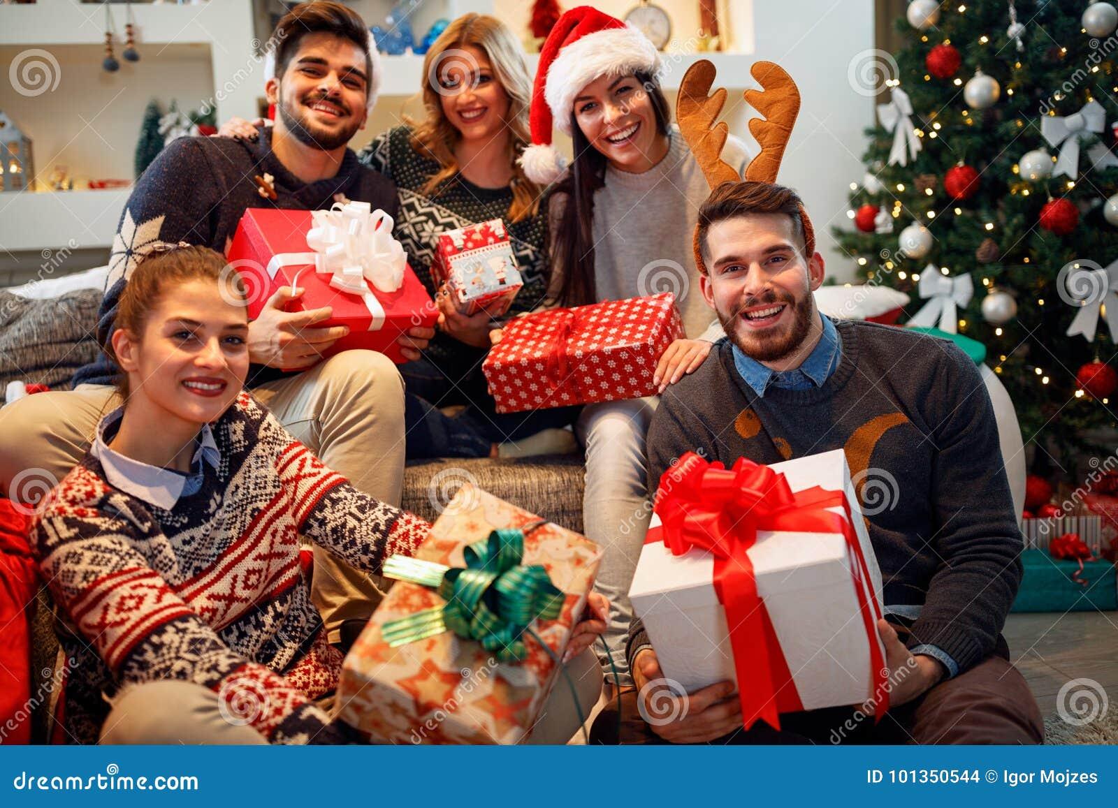 Natal, feriados, felicidade e amigo desorriso dos povos
