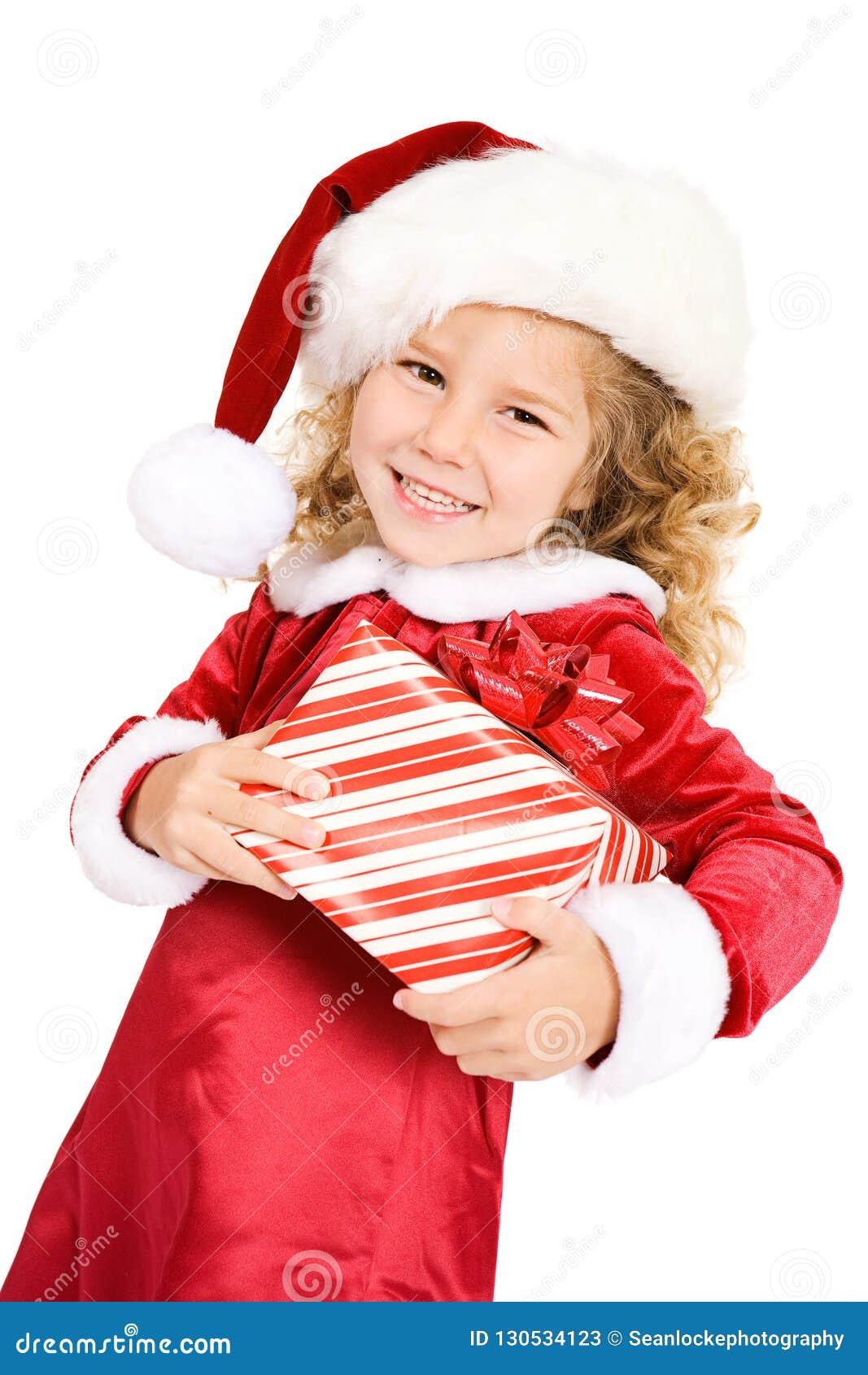 Natal: Menina bonito em Santa Hat Carrying Gift