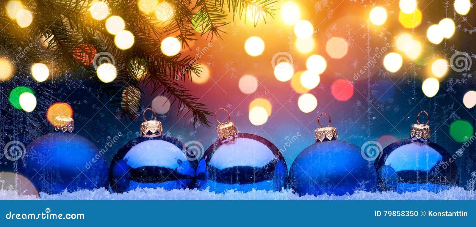 Natale blu; Fondo di feste con la decorazione di natale