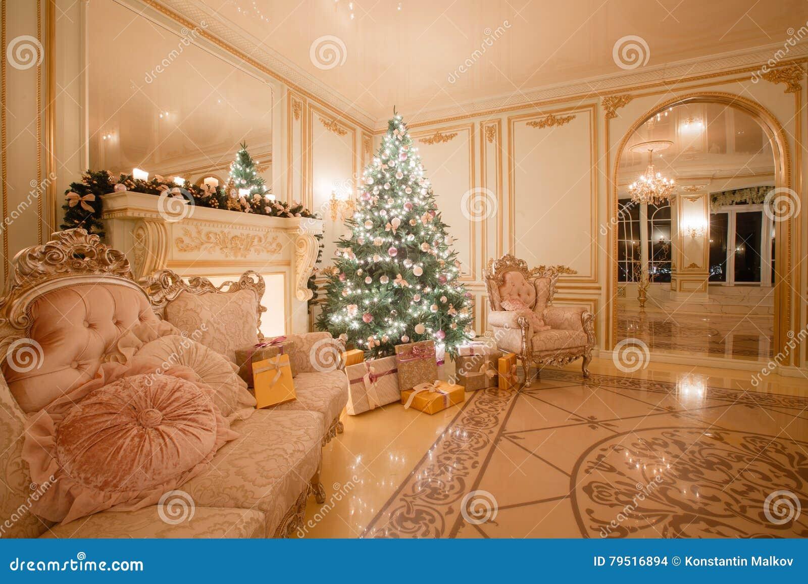Natale che anche dal lume di candela appartamenti classici con un camino bianco albero decorato - Finestre di natale ...