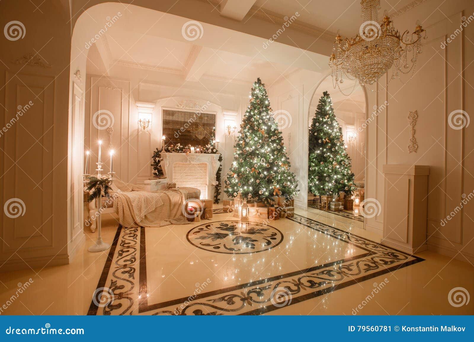 Natale che anche dal lume di candela appartamenti classici con un camino bianco albero decorato - Finestre decorate per natale ...