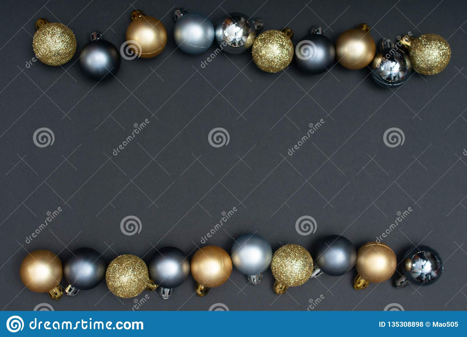 Natale multiplo argento e modello creativo della decorazione delle bagattelle dell oro con lo spazio nero della copia e del fondo