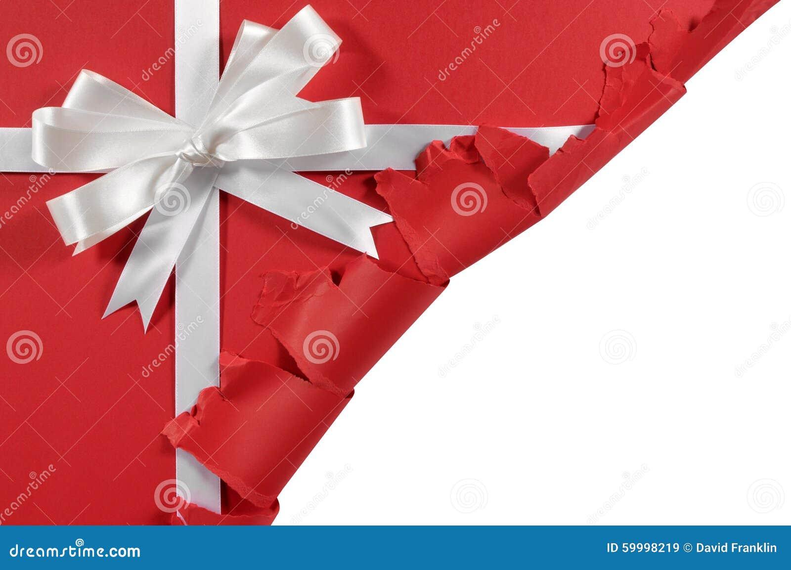 Natale o arco bianco del nastro del regalo del raso di compleanno su fondo di carta rosso aperto lacerato