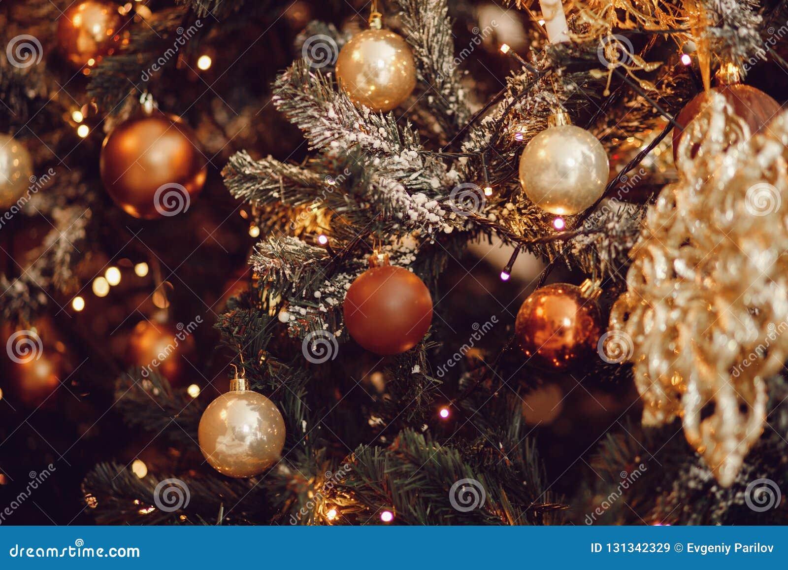 Natale scuro fondo, albero di Natale della palla del nuovo anno del primo piano