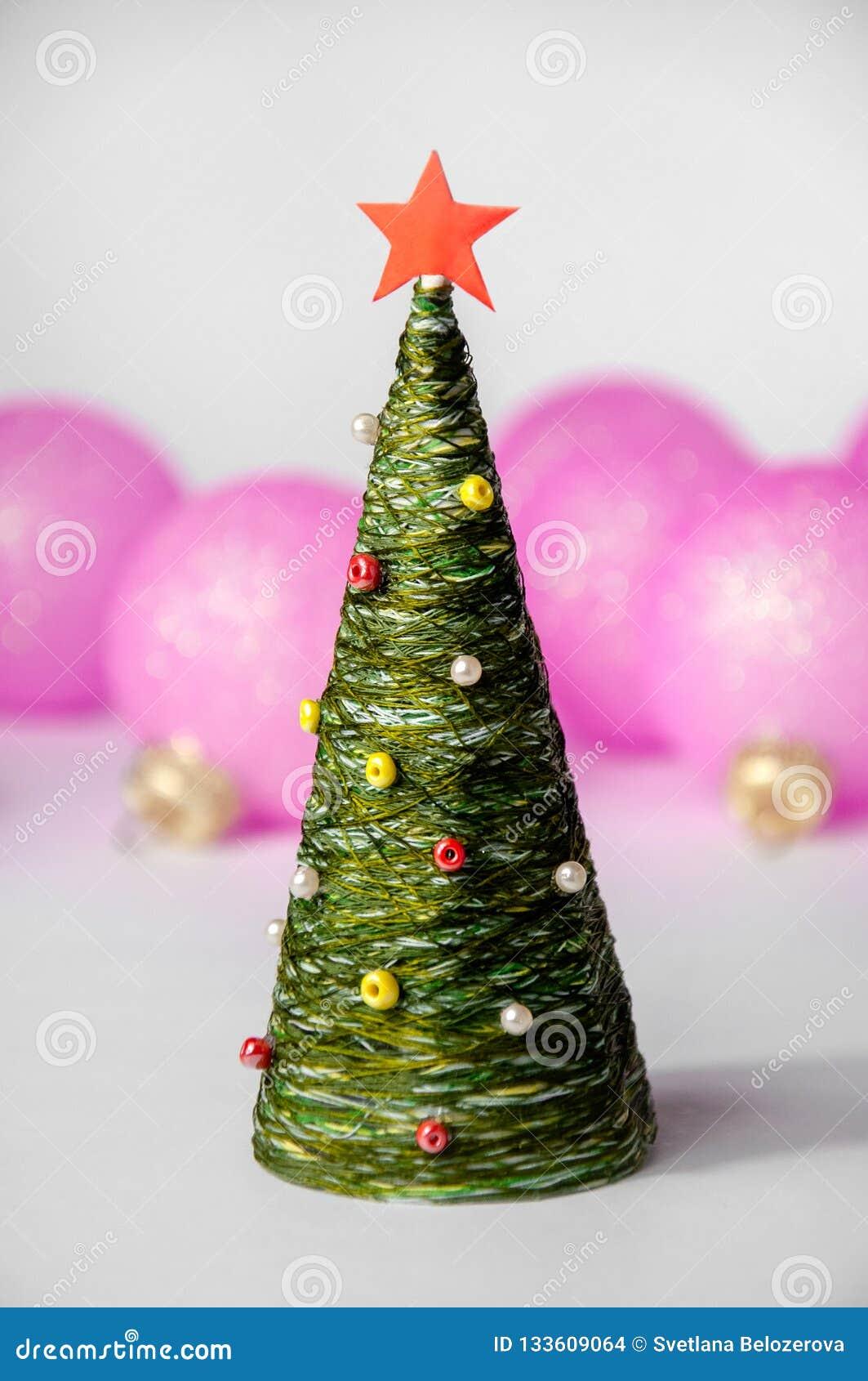 Natale Toy Tree e palle su fondo leggero Composizione in festa del nuovo anno