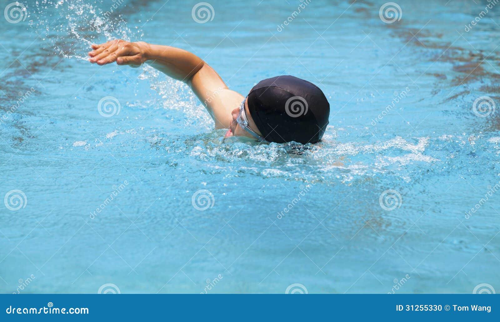 Natation d 39 homme dans la piscine photo stock image 31255330 for Apprendre a plonger dans la piscine