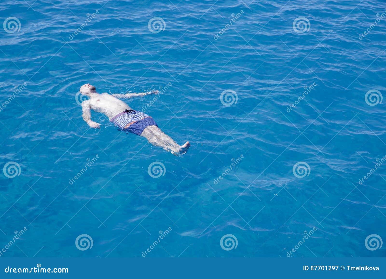 Natation d homme en mer sur le sien de retour