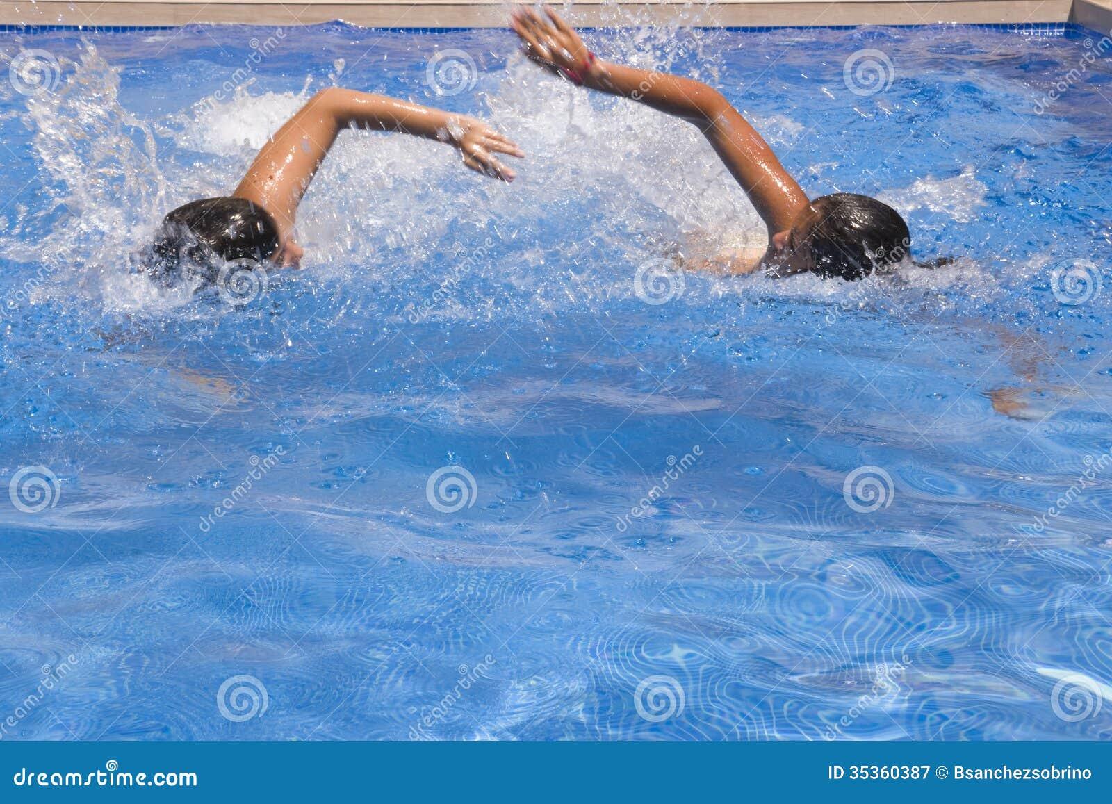 Natation dans la piscine