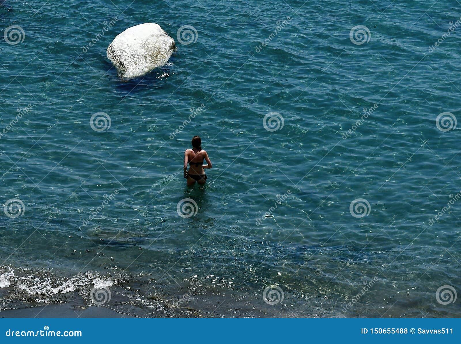 Natation dans les eaux en cristal de la plage de Governos en Chypre
