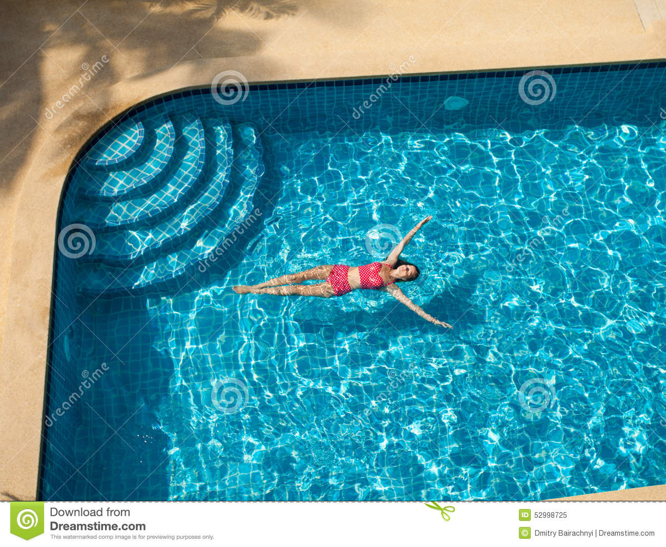 Natation de femme et d tente dans la piscine photo stock for Big blue piscine