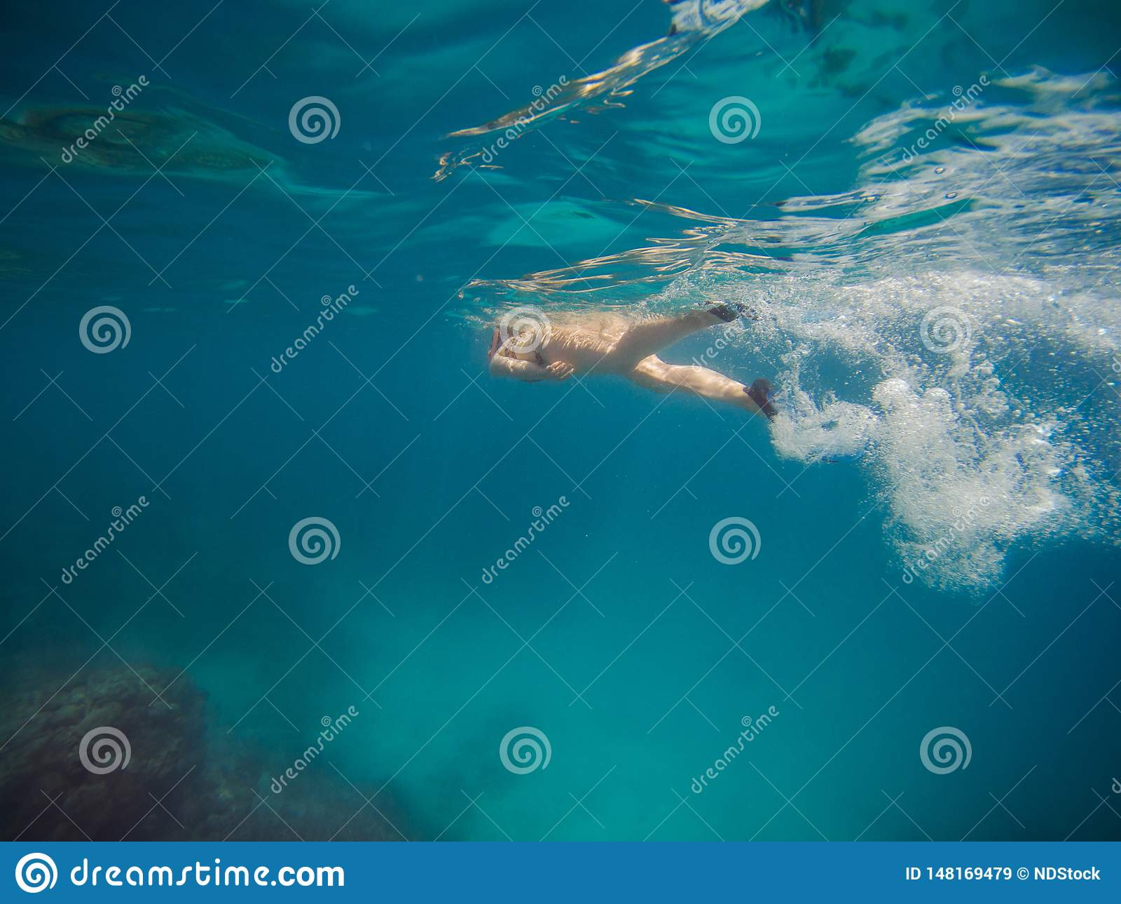 Natation de jeune femme et naviguer au schnorchel avec le masque et les ailerons dans l eau bleue claire