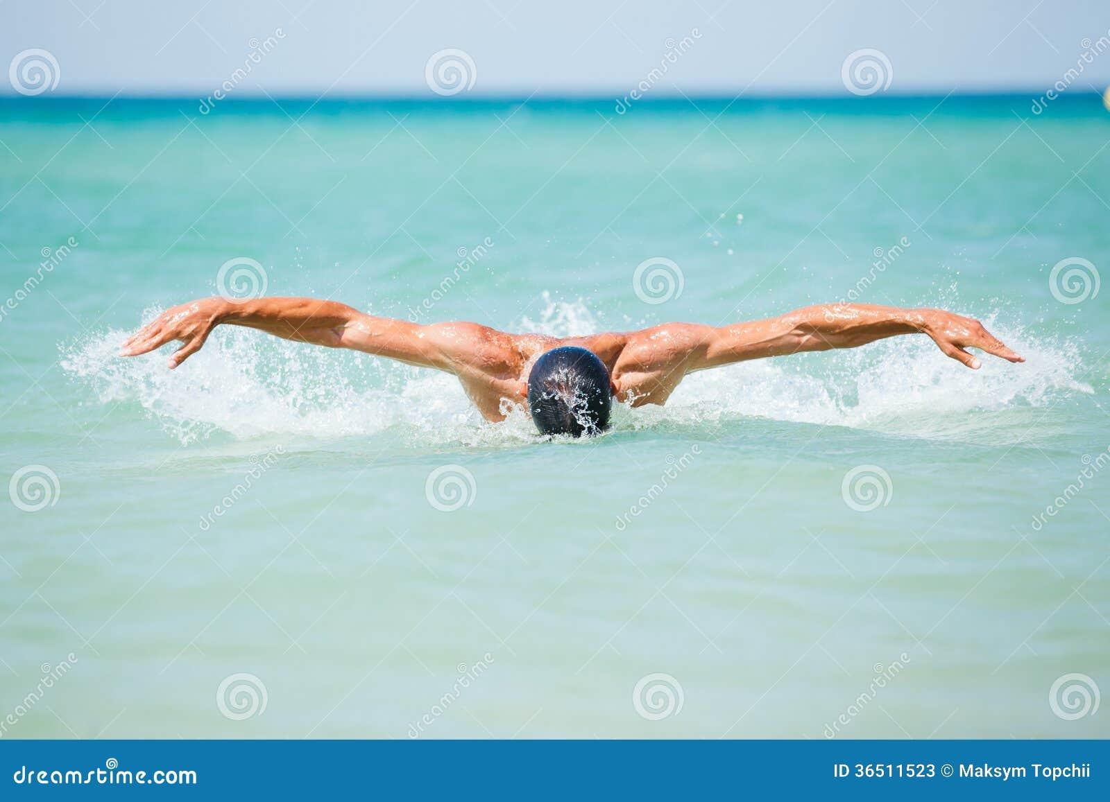 Natation de jeune homme dans l eau d océans