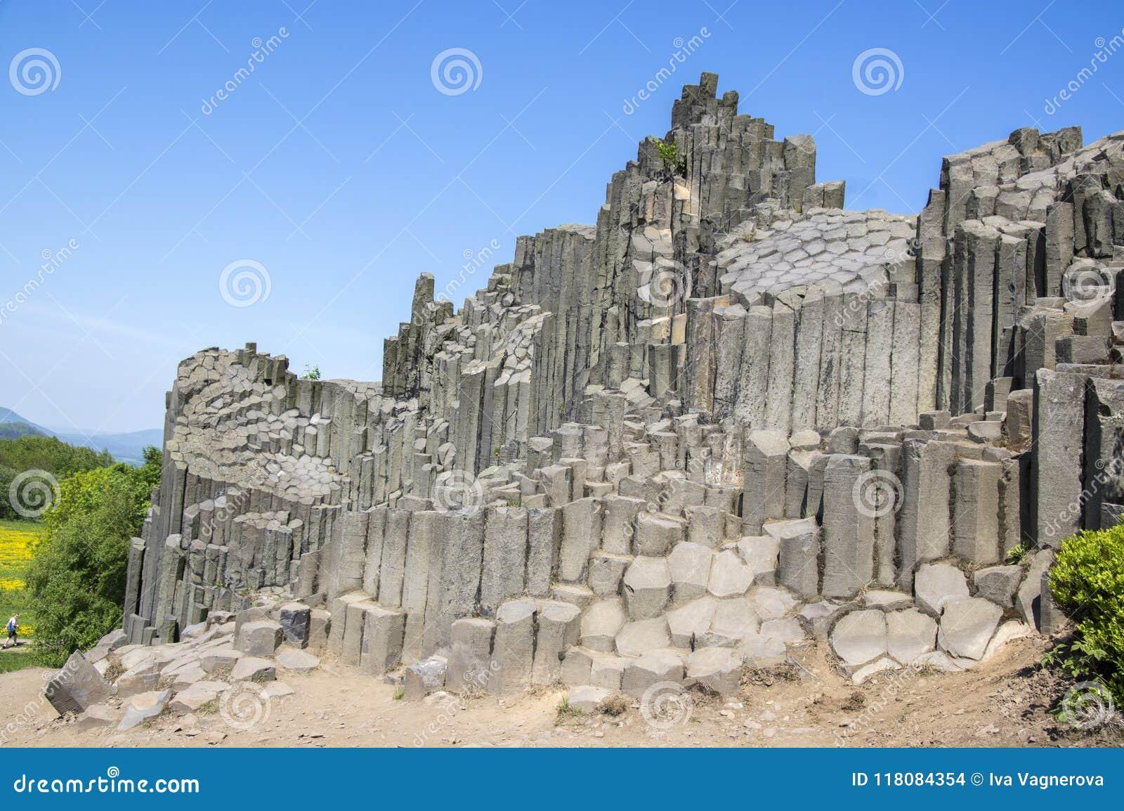 Nationaal Natuurlijk Monument genoemd Panska-skala, zuilvormige verbonden basaltrots in het dorp van Kamenicky senov in Tsjechisc