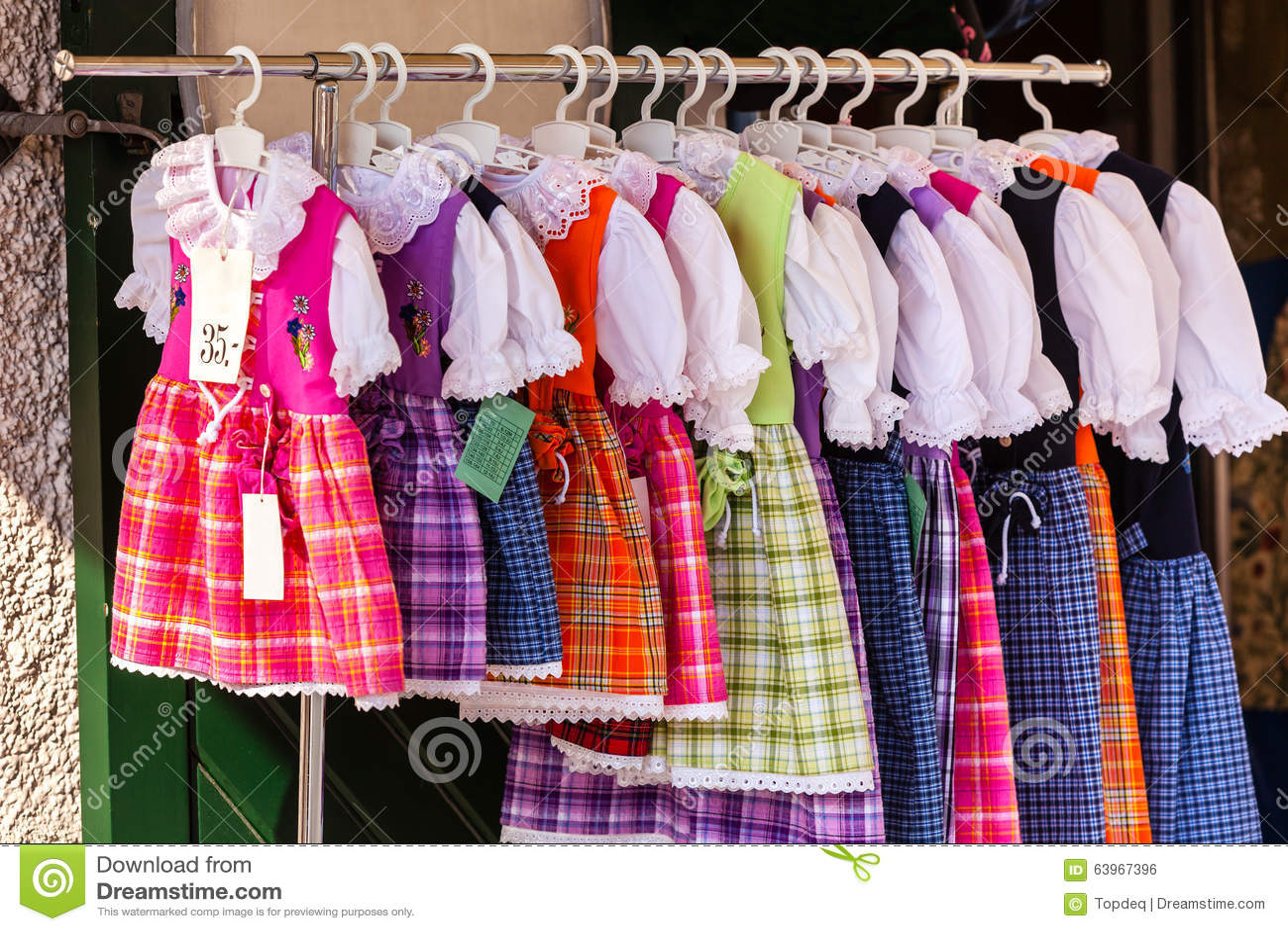 Nationale angeredete Kostüme für die Frau herausgestellt in Einkaufszentrum sto