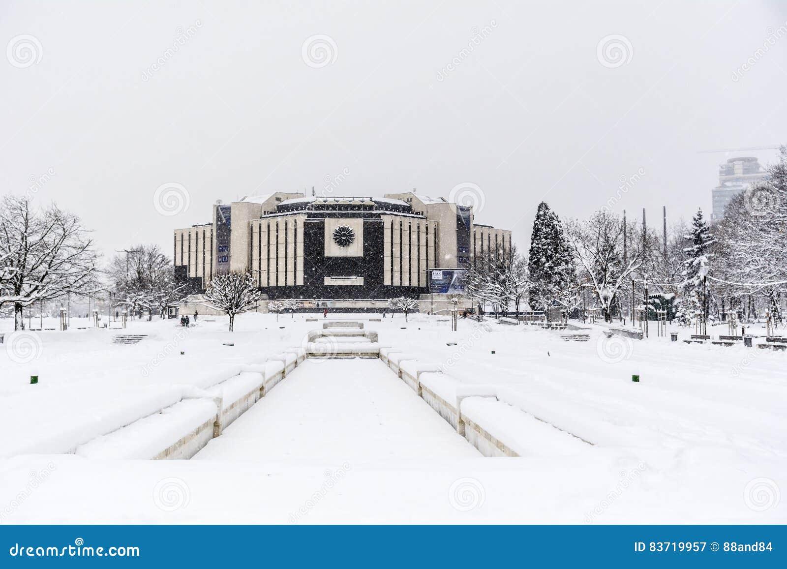 Nationell slott av kultur, Sofia, Bulgarien som täckas med snö