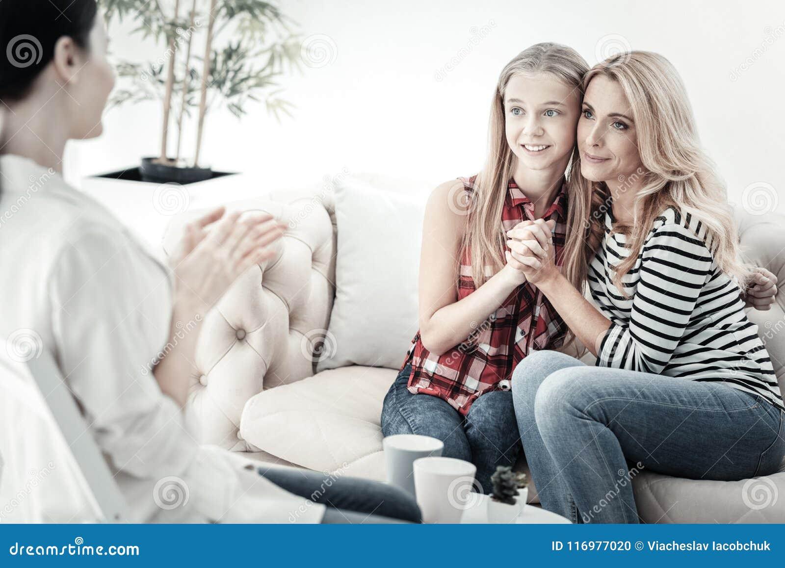 Nativos bonitos bonitos que sentam e que abraçam-se