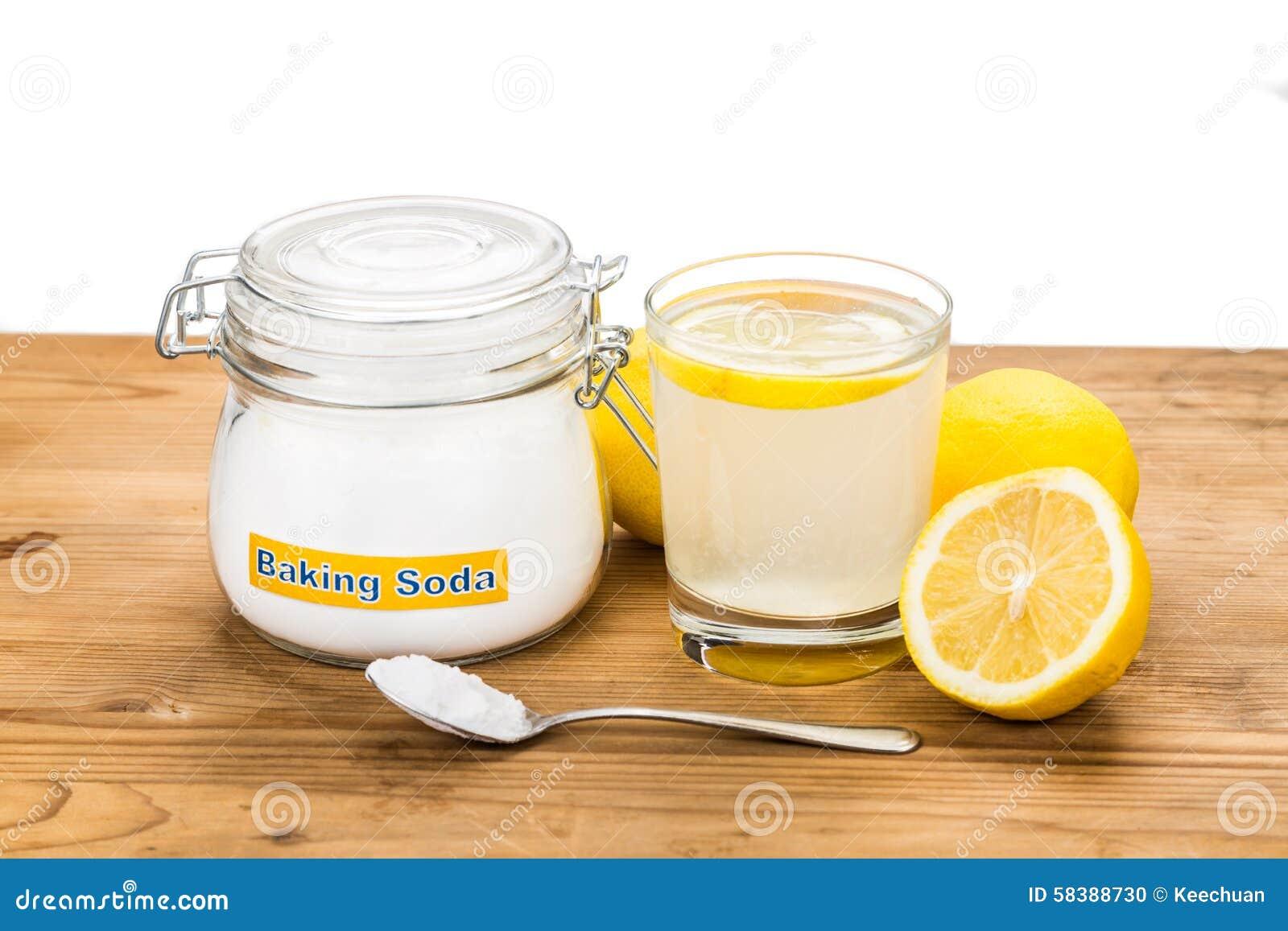 Natriumbikarbonat med citronjuice i exponeringsglas för åtskillig holistisk usag