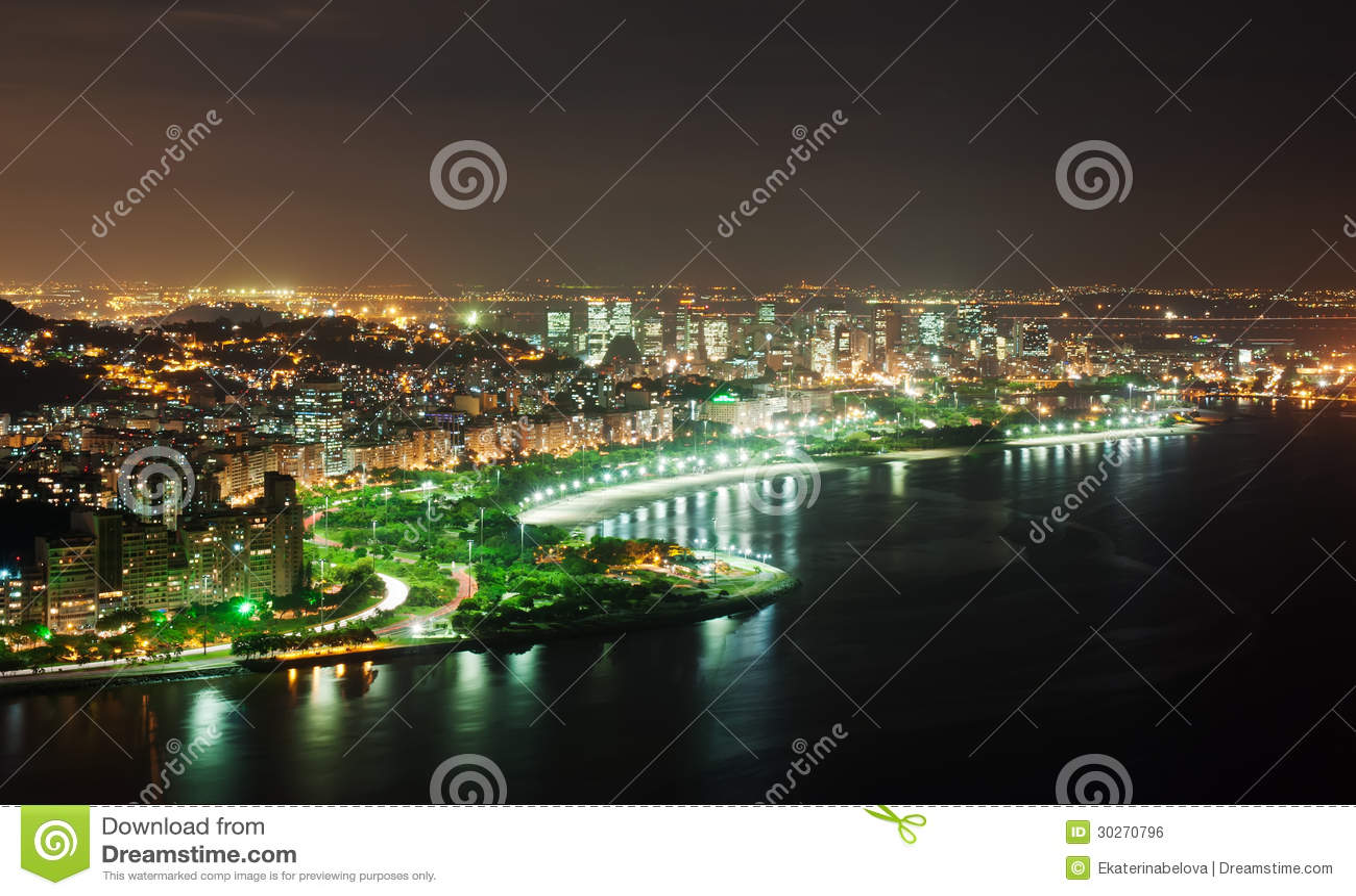 Natten beskådar av den Flamengo stranden och området i Rio de Janeiro