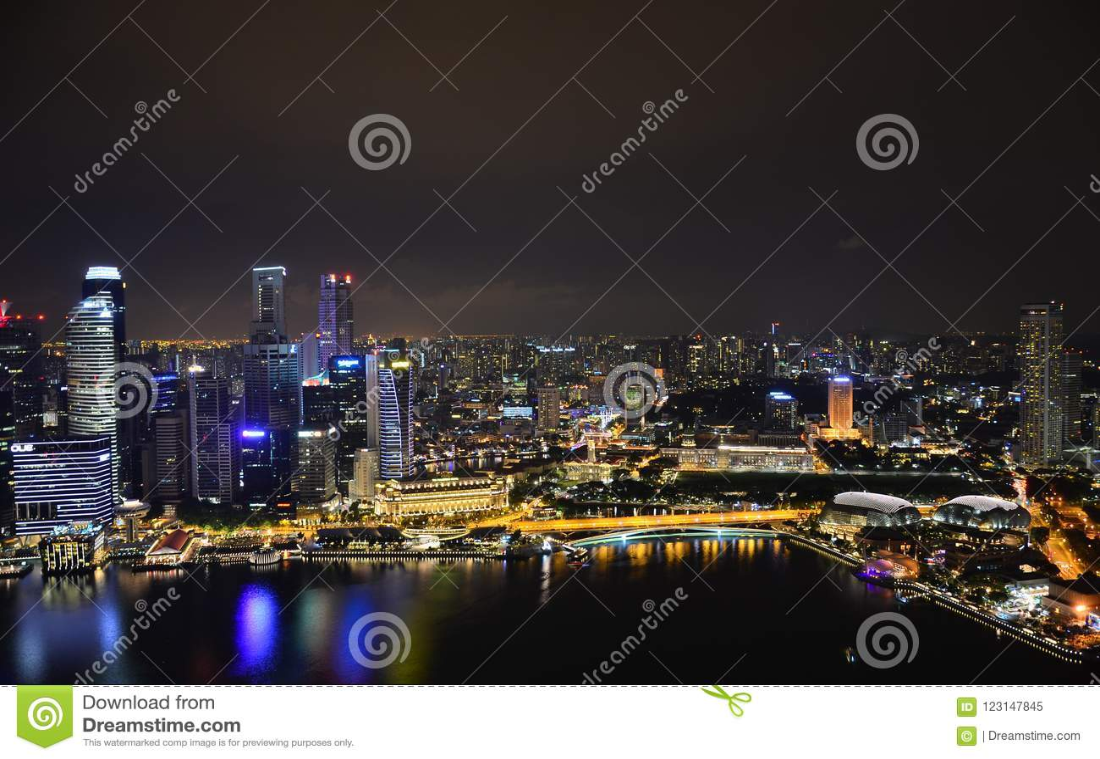 Natthimlen av Singapore Reflexioner och ilsken blick på vattnet 1 fågelflyg s