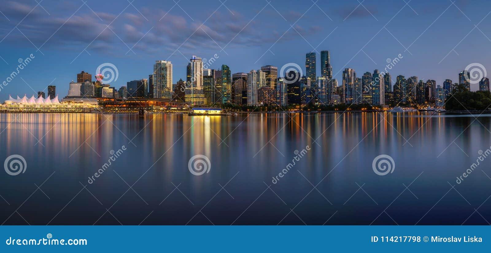 Natthorisont av Vancouver som är i stadens centrum från Stanley Park