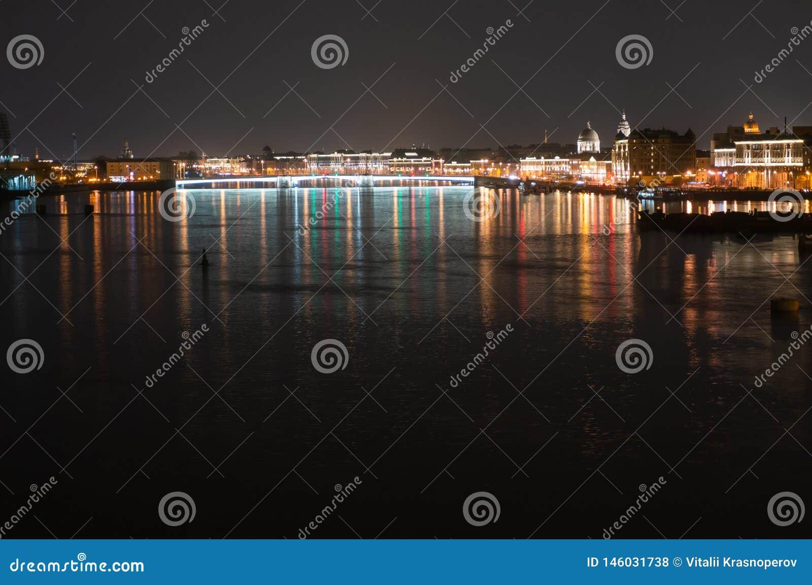 Nattpanoramautsikt av den upplysta Neva River och Tuchkov bron, St Petersburg, Ryssland