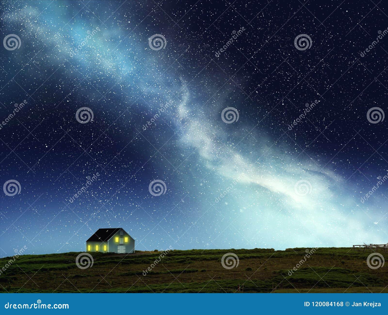 Nattplats av huset under natthimlen