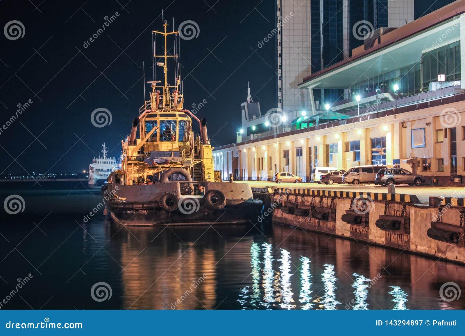 Nattsikt av bogserbåten i lastporten