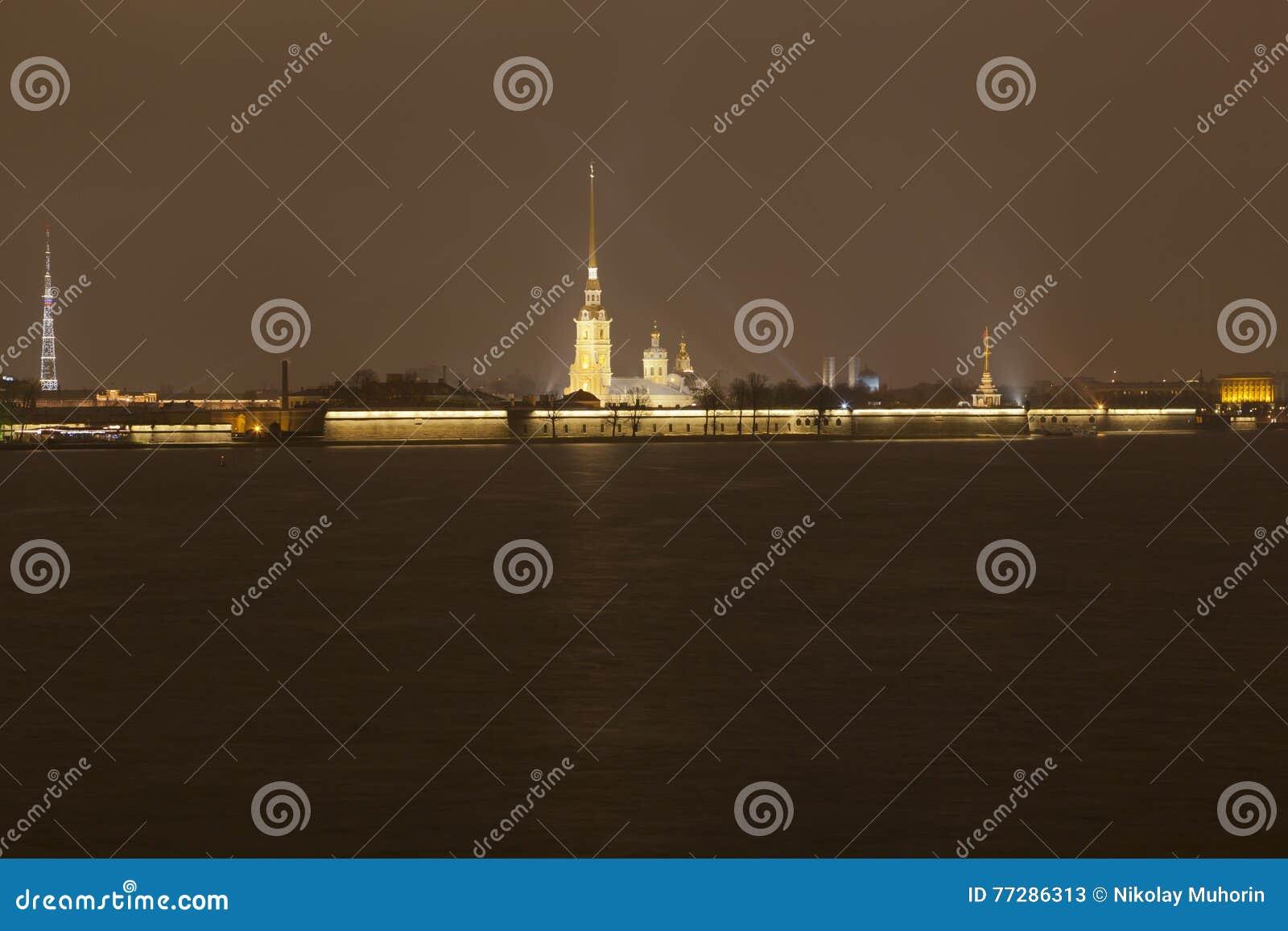 Nattsikt av den Petropavlovsk fästningen panorama