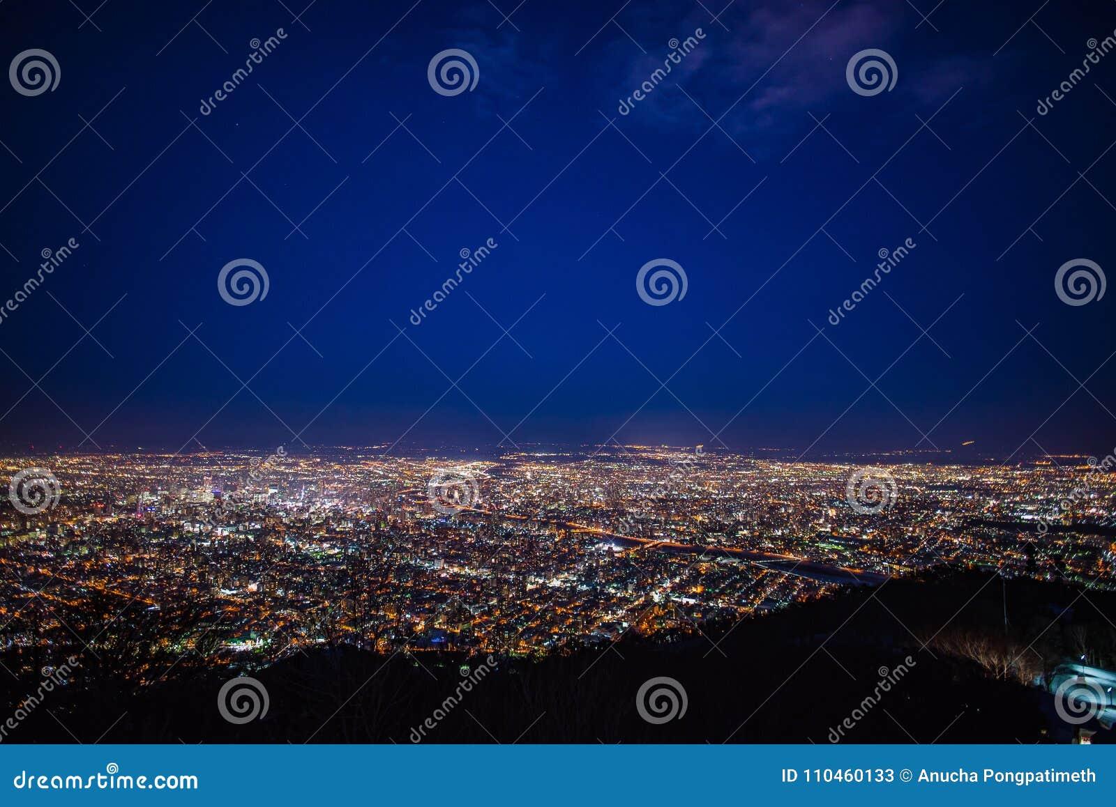 Nattsikt av den Sapporo staden