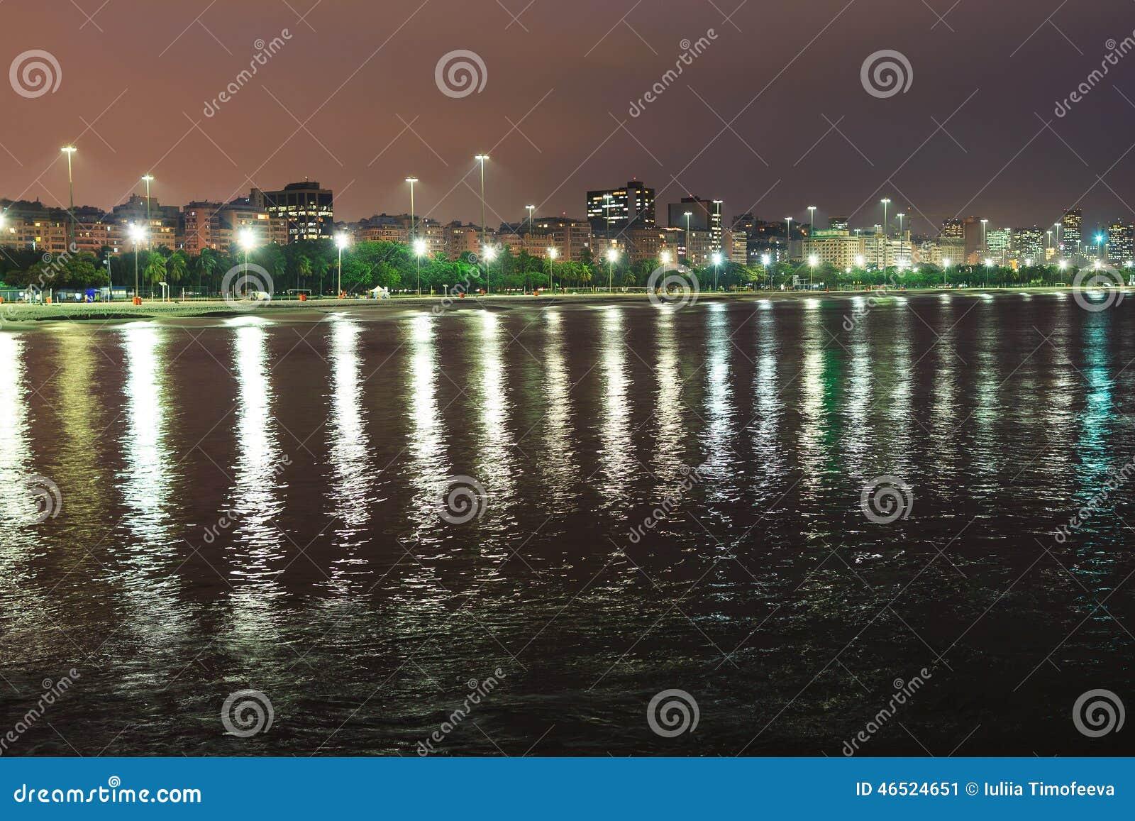 Nattsikt av stranden Flamengo, Guanabara fjärd, Rio de Janeiro