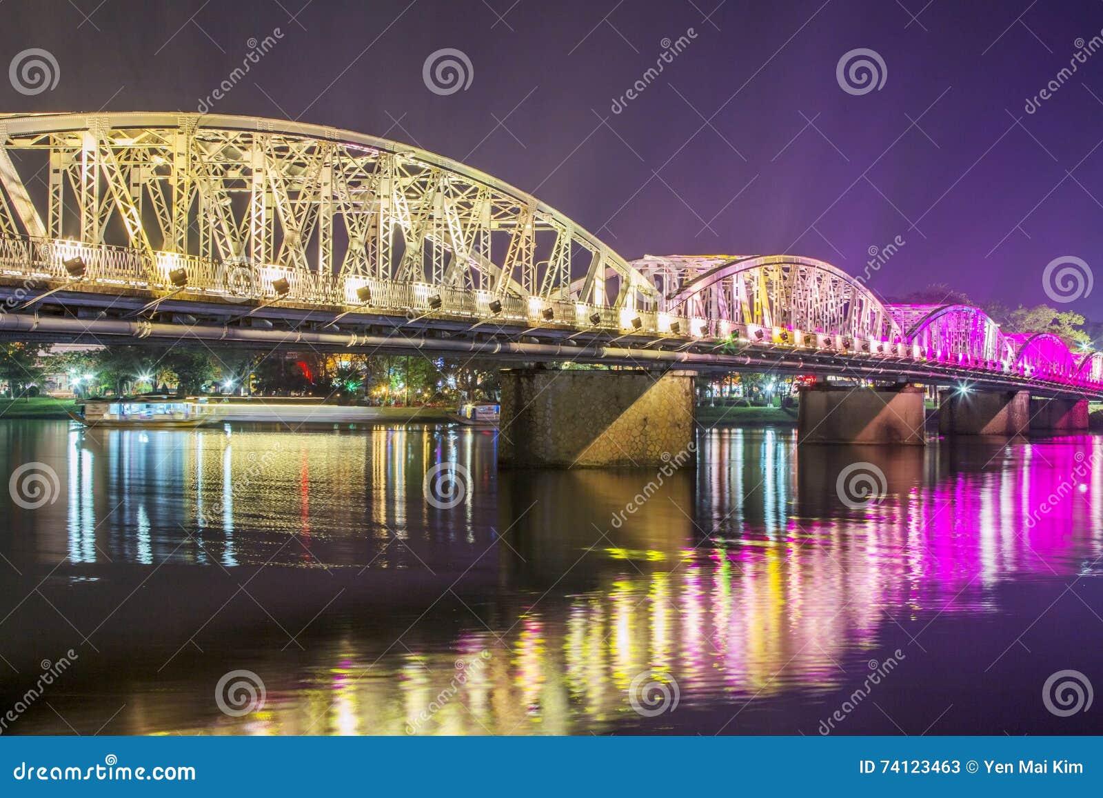 Nattsikt av Truong Tien Bridge i ton