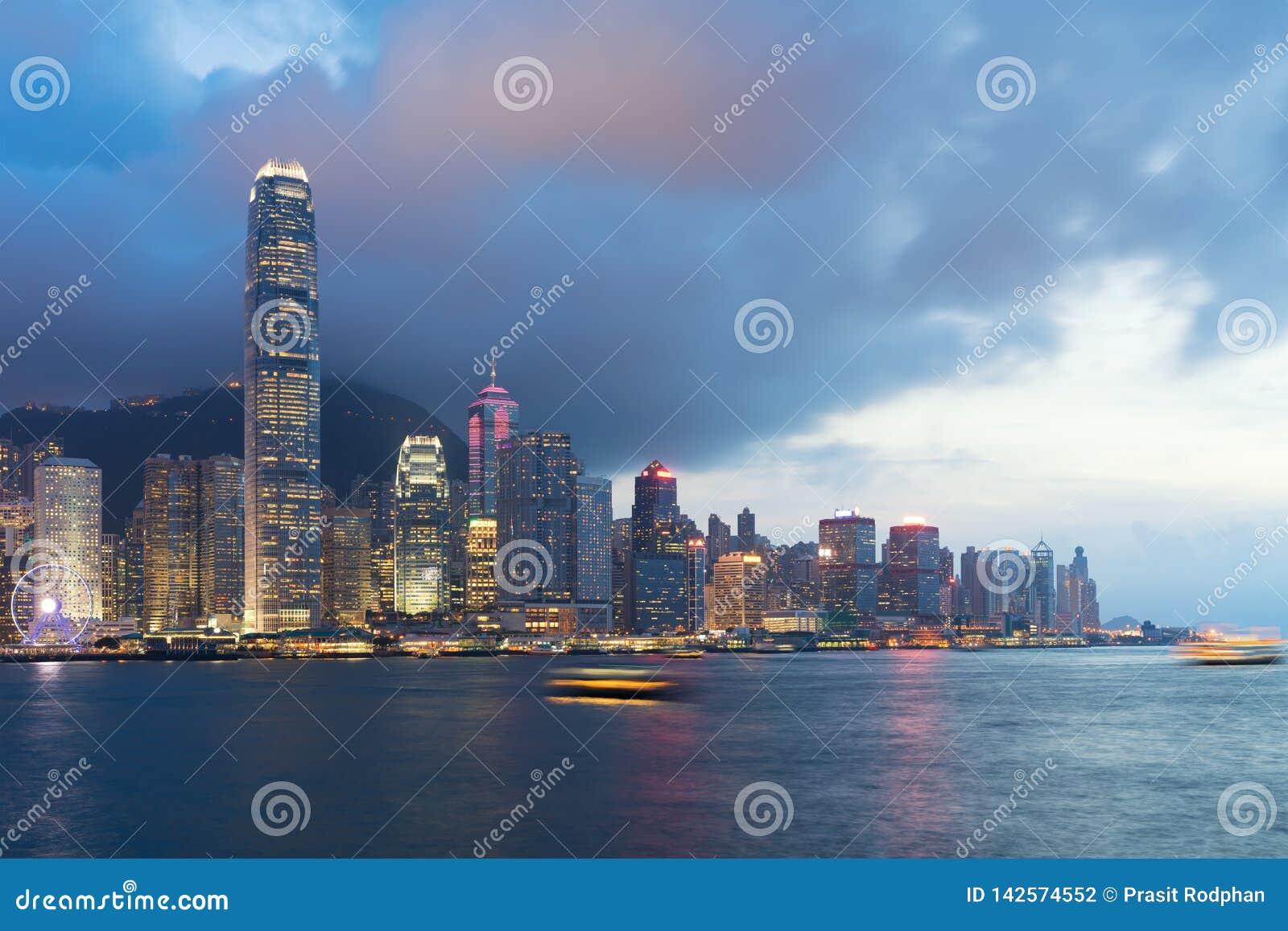 Nattsikt av Victoria Harbour i Hong Kong askfat