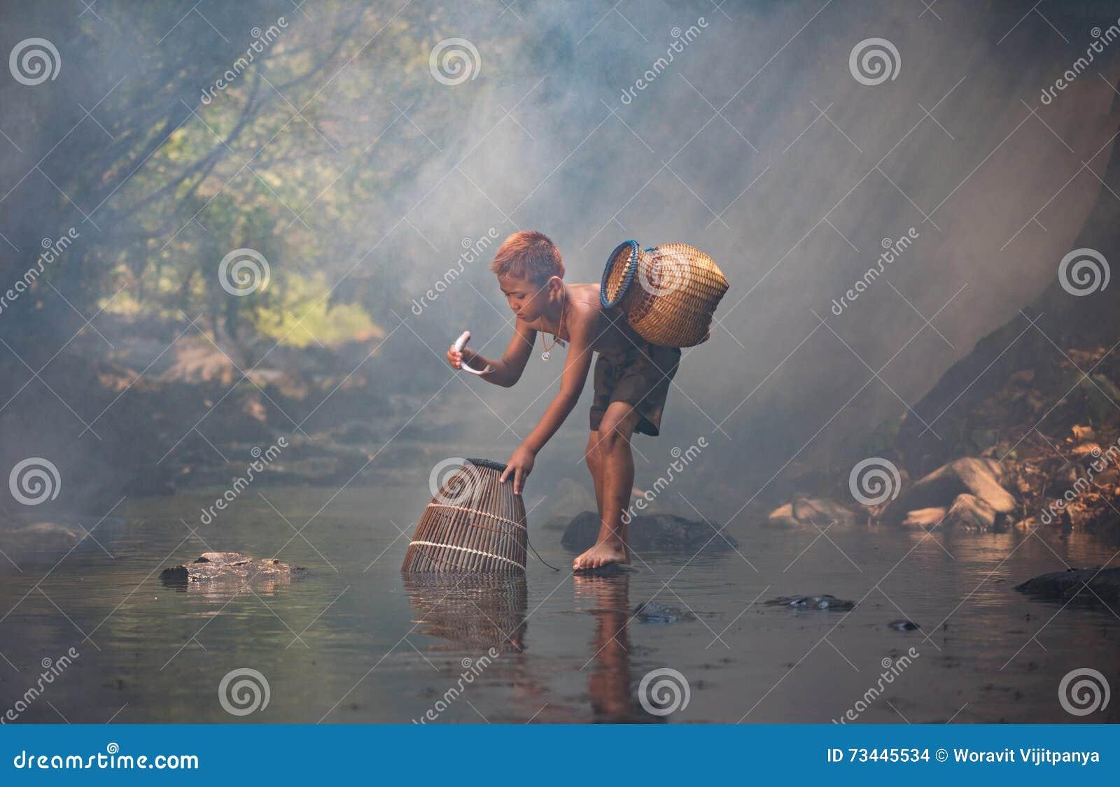 Natur för pojkelekvatten