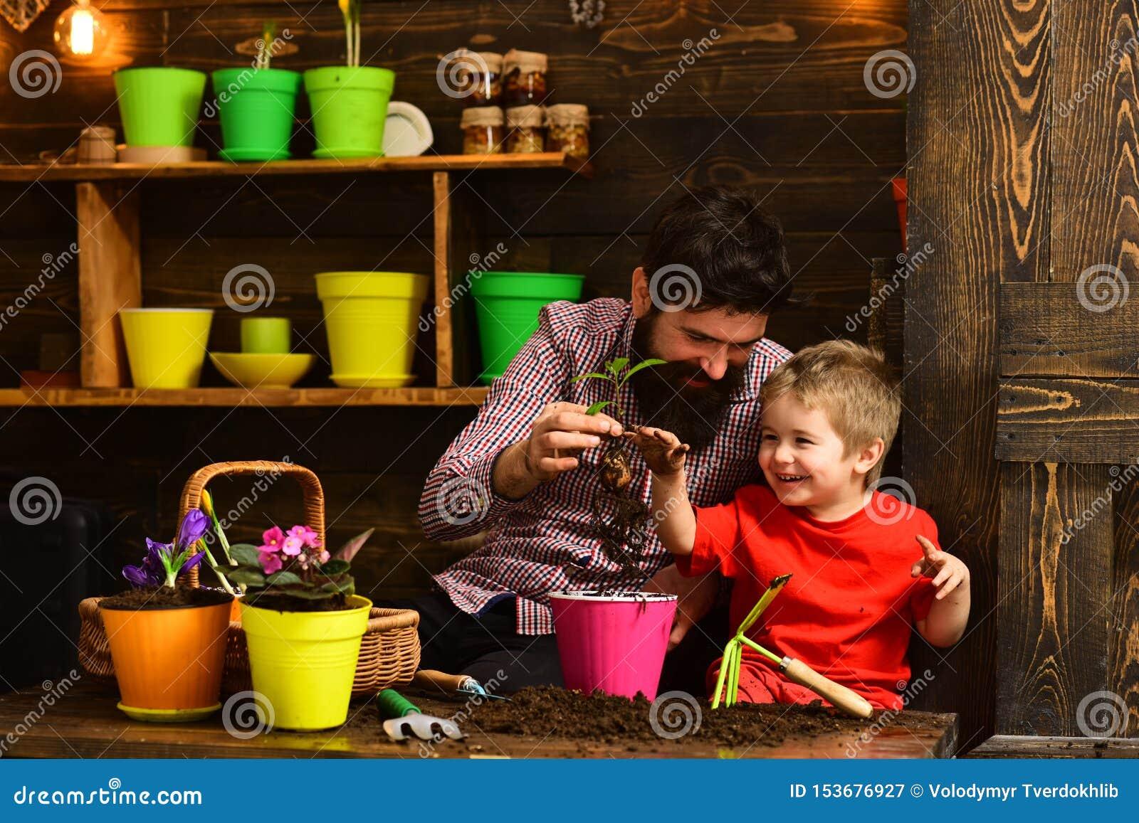Natura barbuta di amore del bambino del ragazzino e dell uomo giardinieri felici con i fiori della molla Padre e figlio Giorno de