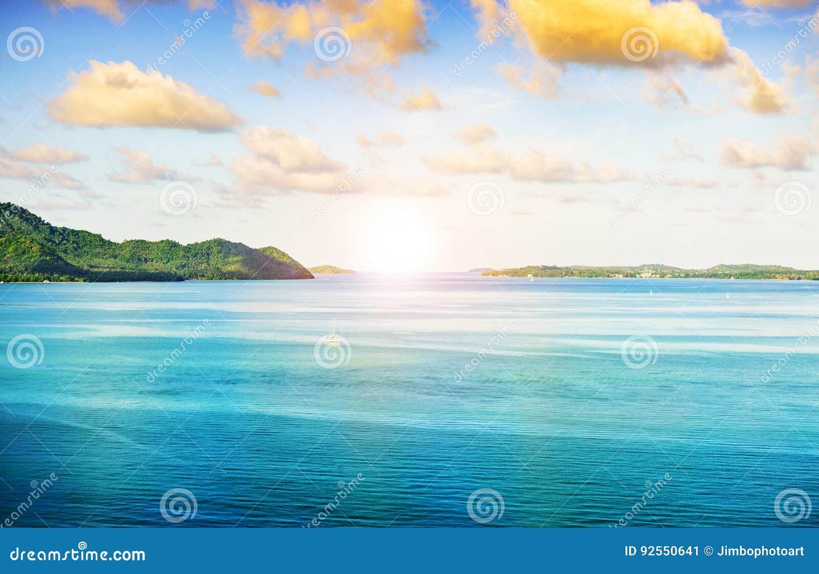 Natura blu del paesaggio del mare con il cielo sopra il sole