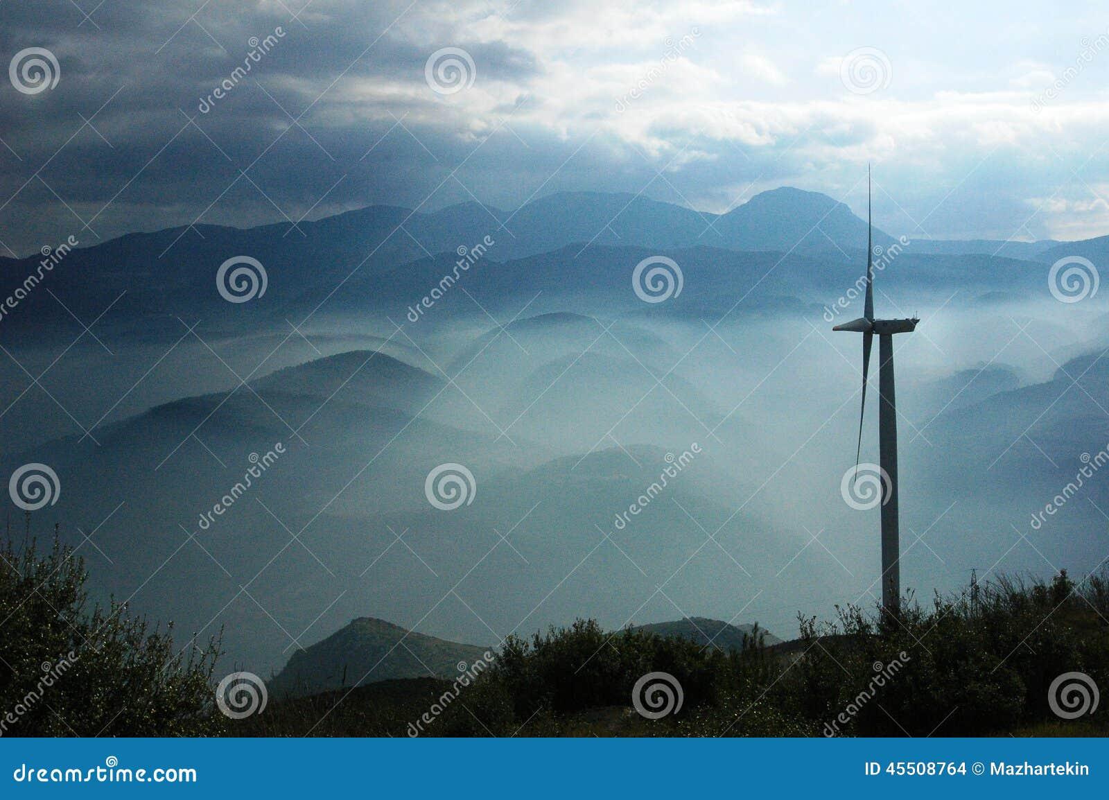 Natura mgłowa pogoda w Grecja i wiatrowej energetycznej roślinie