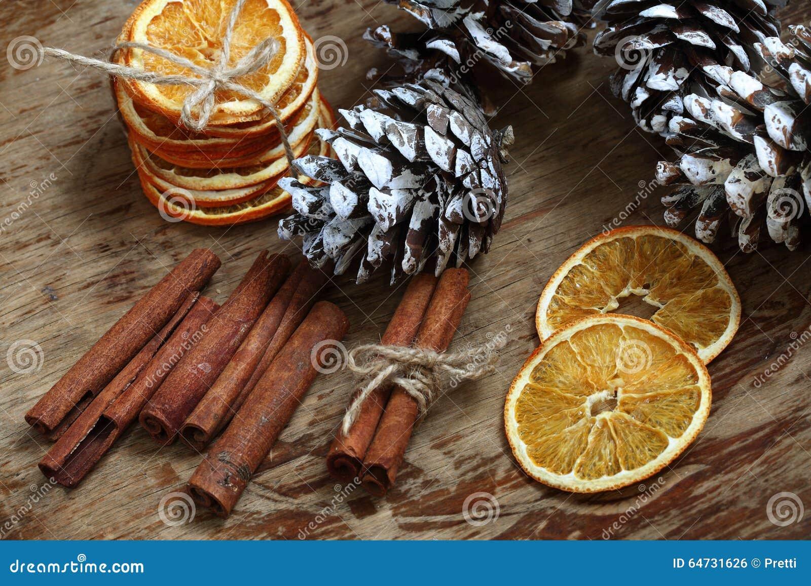 Natura morta con i coni, la cannella e le arance secche