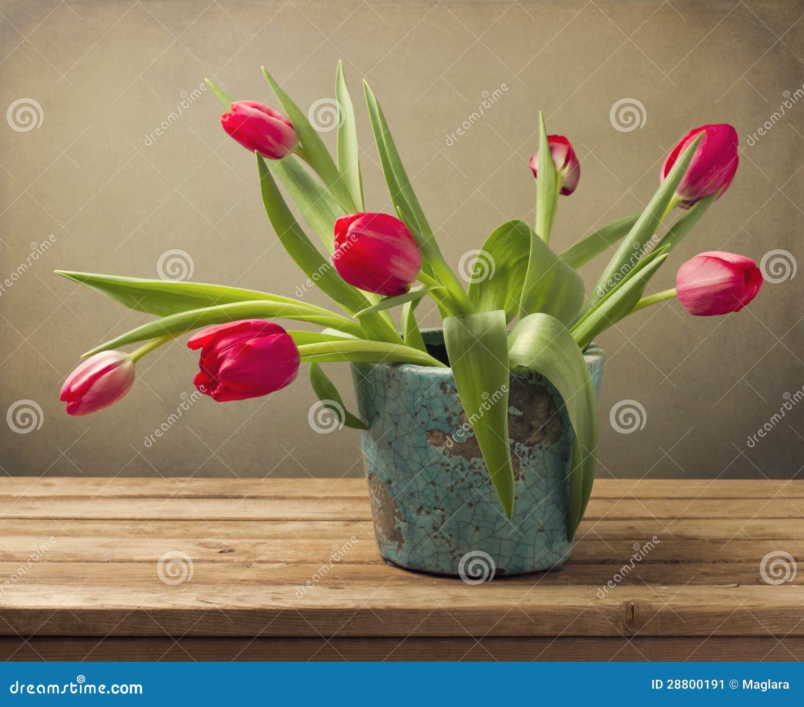 Natura morta con il mazzo rosso del fiore del tulipano for Disegni del mazzo del cortile