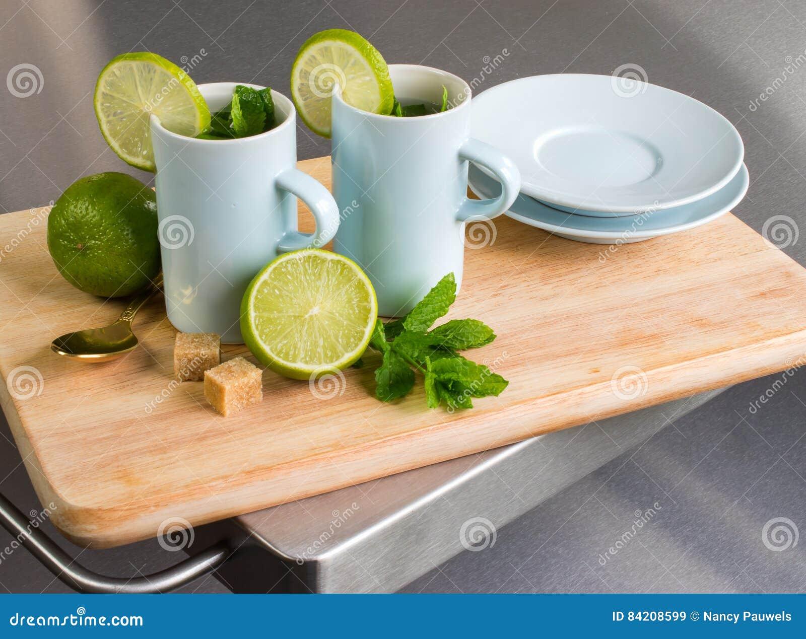 Natura morta con il tè e la calce della menta fresca