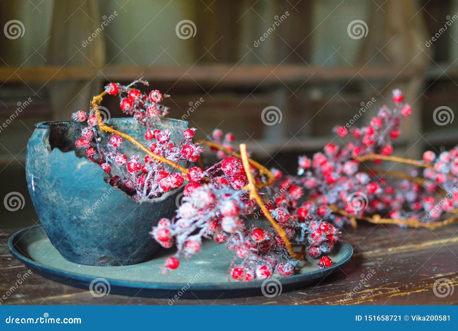 Natura morta con un vaso di argilla e le bacche rosse
