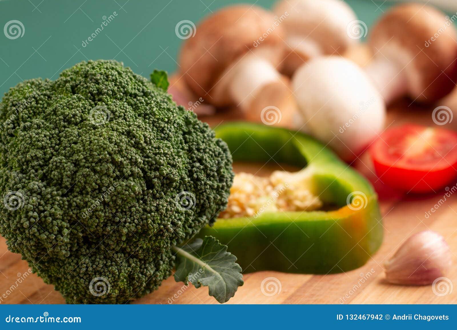 Natura morta dei broccoli, fetta di peperone dolce verde, pomodoro