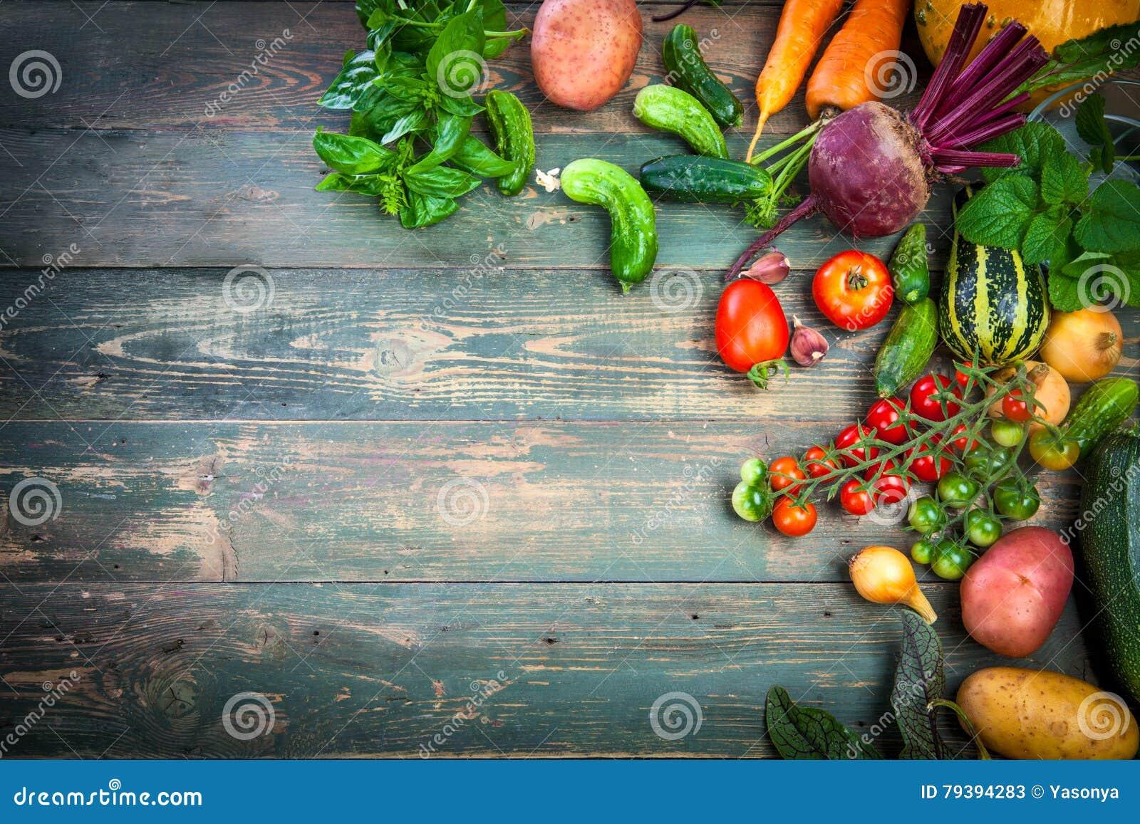 Natura morta di autunno degli ortaggi freschi del raccolto su vecchio