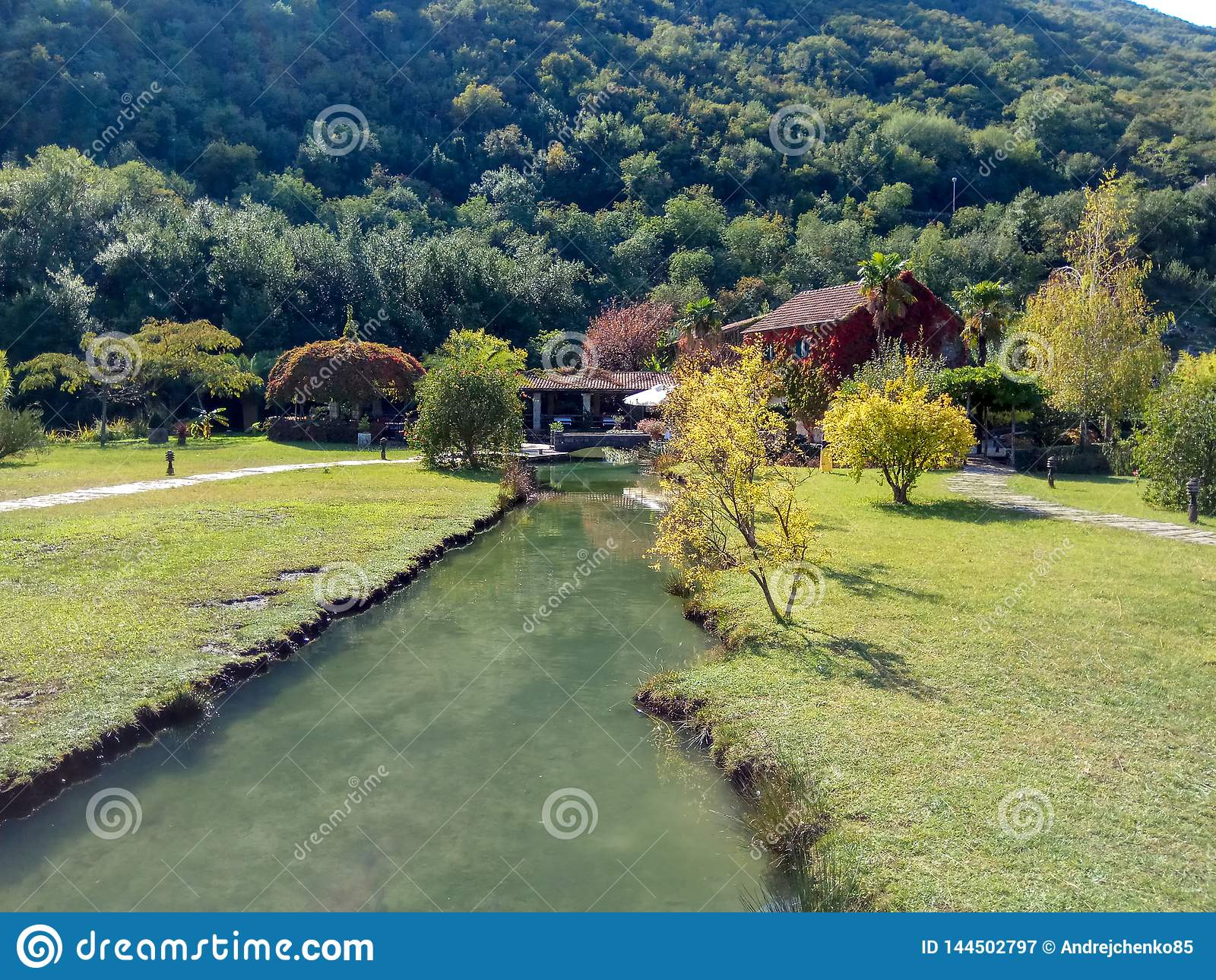 Natura park z rzeką i restauracją w Montenegro