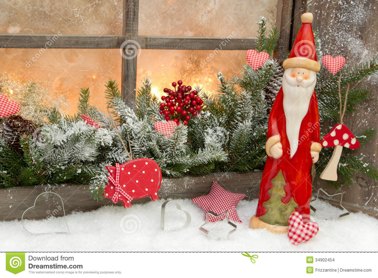 Natural christmas decoration with santa claus in a wooden for Decoration maison exterieur noel