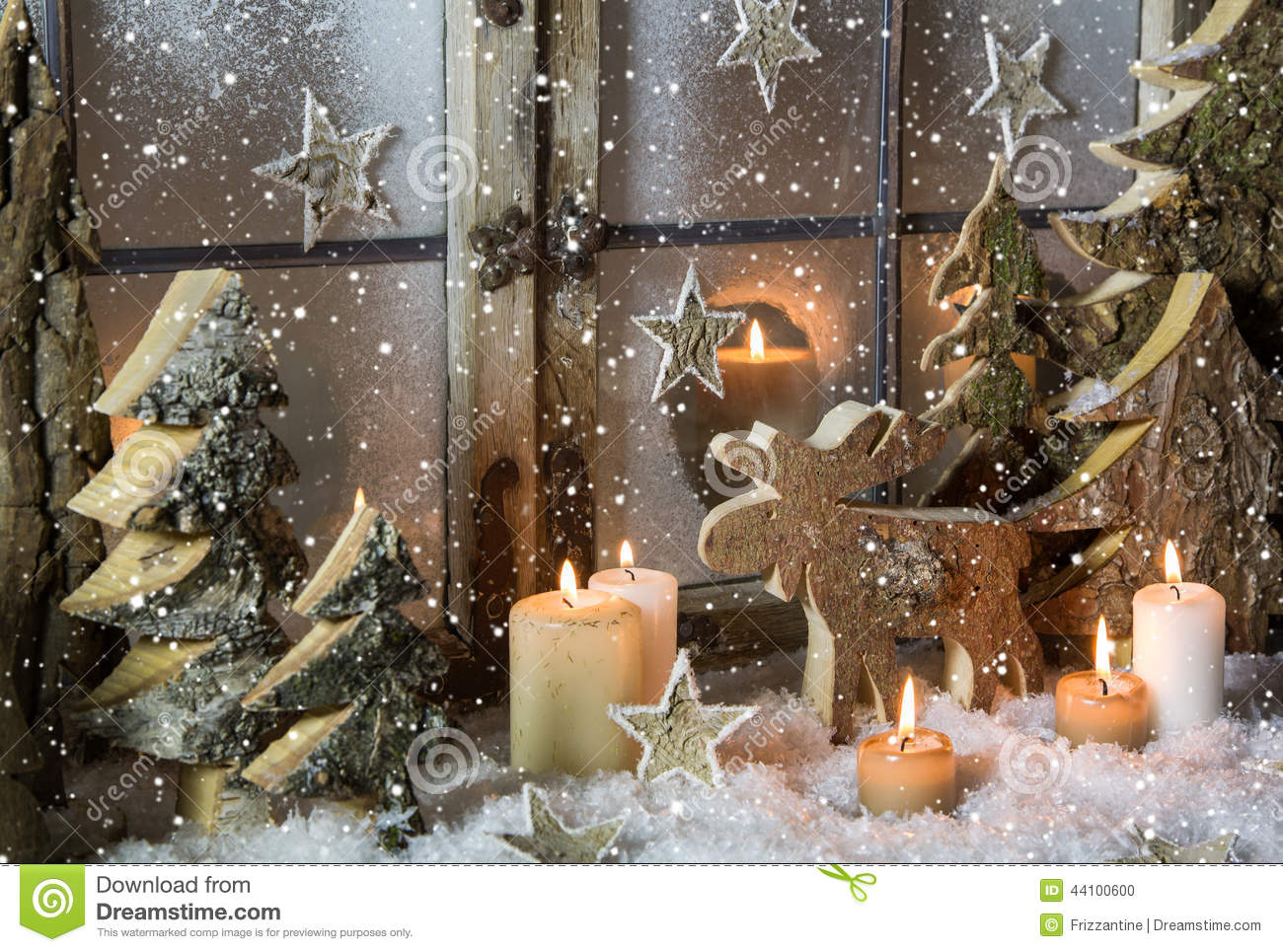 Natural christmas window decoration of wood with snow for Decoration de fenetre exterieur