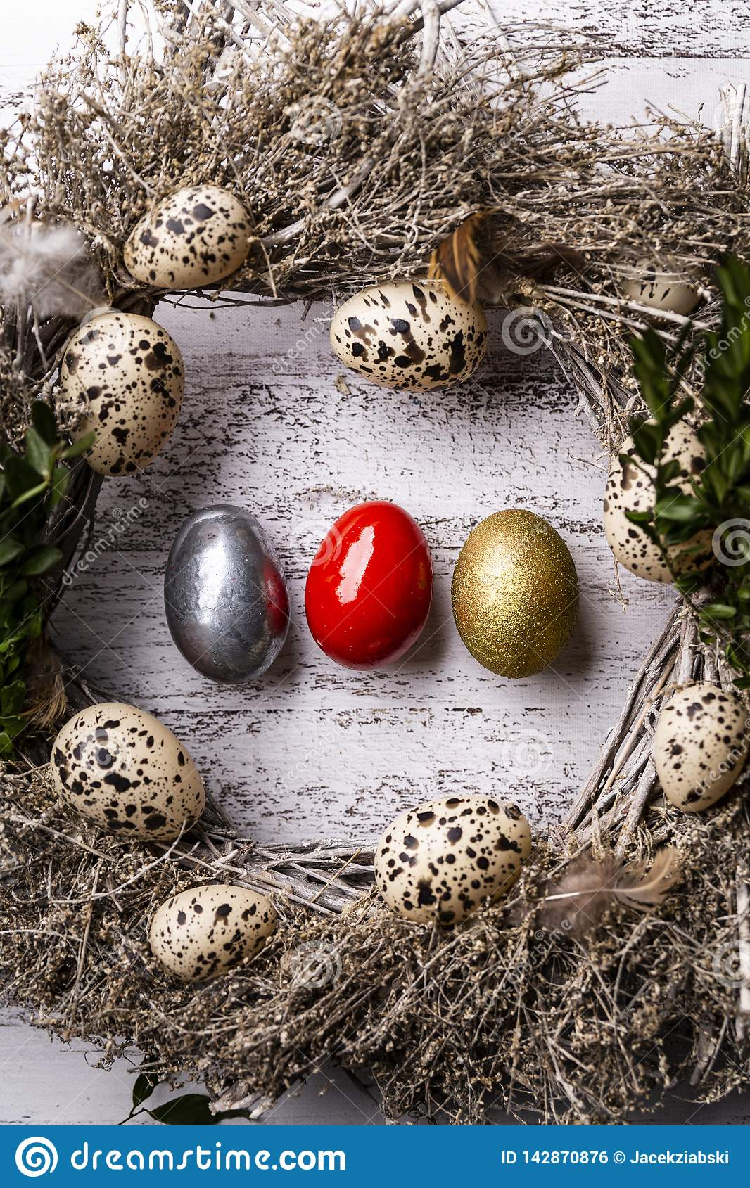Natural Easter decorations, decoration with quail eggs.