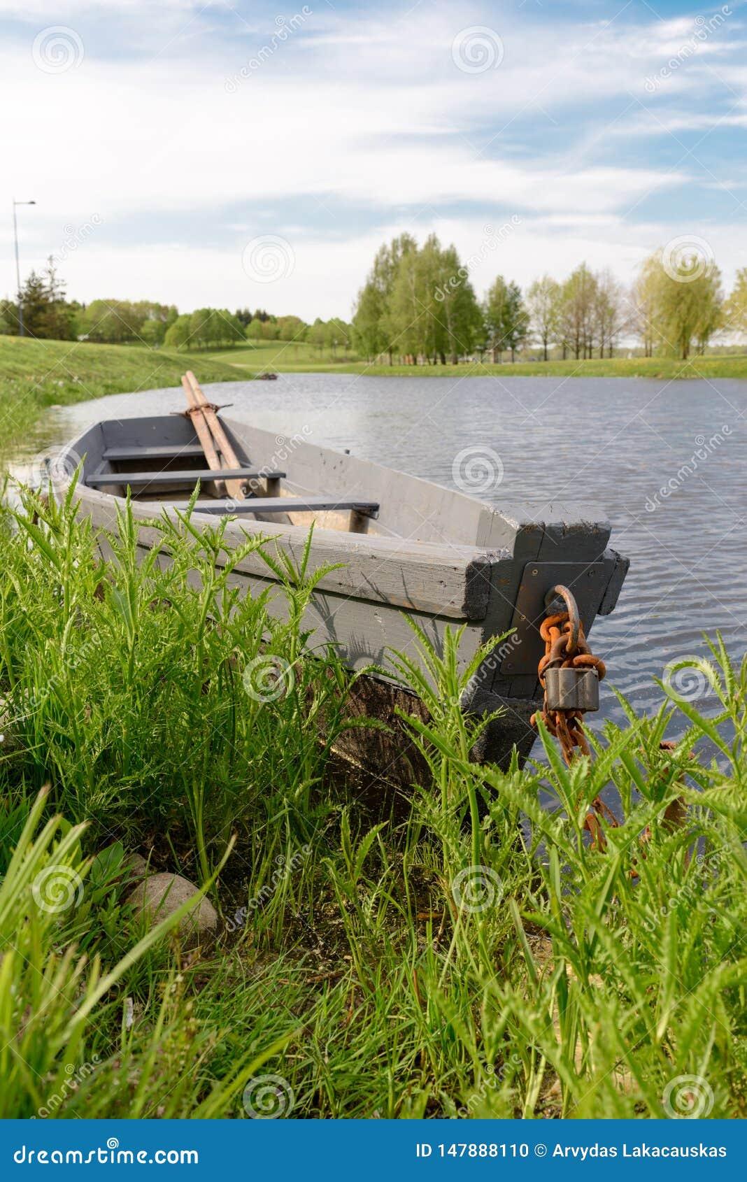 Naturaleza y barco en el agua agradable
