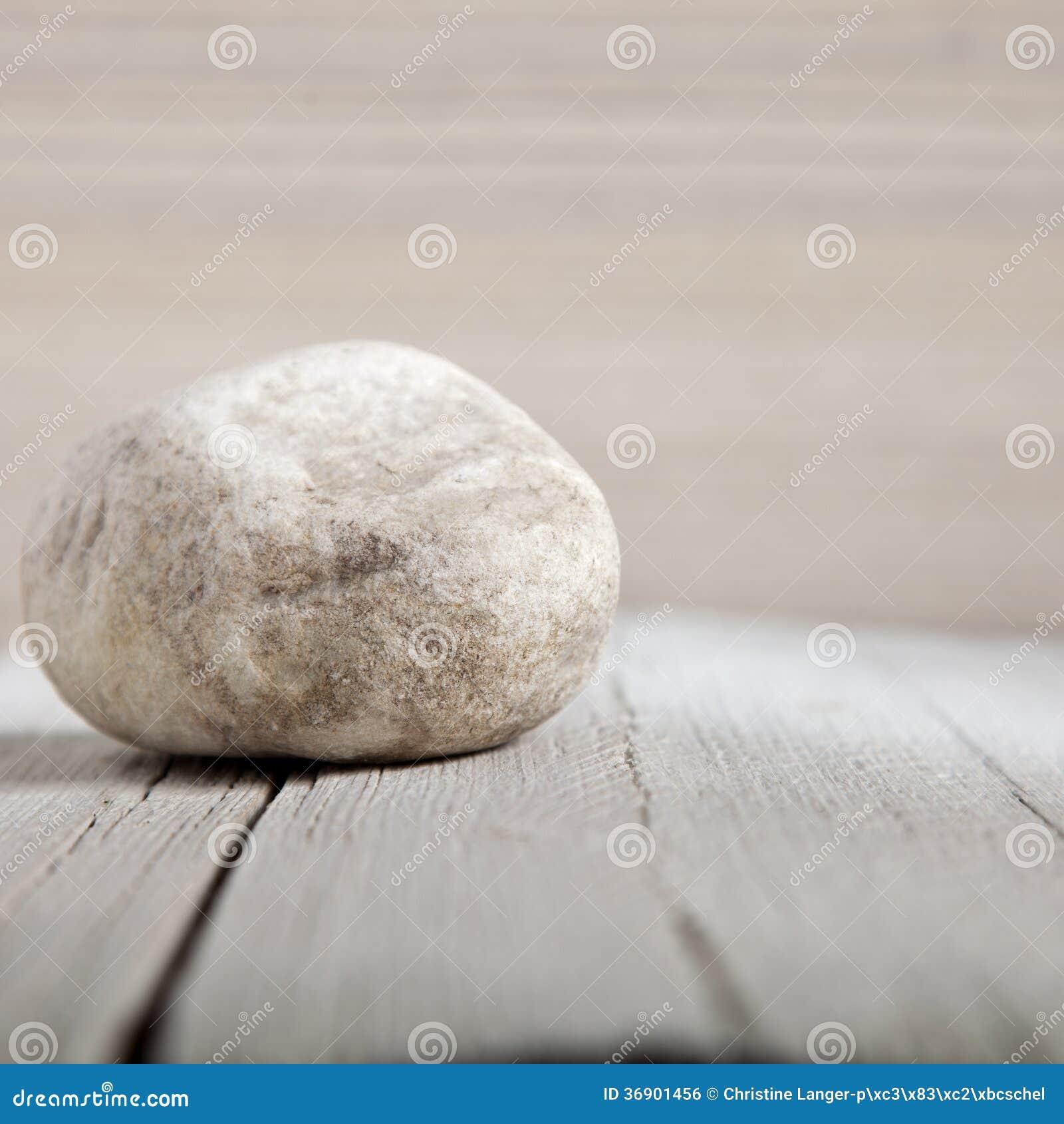 Naturalna mała wietrzejąca skała na drewnie